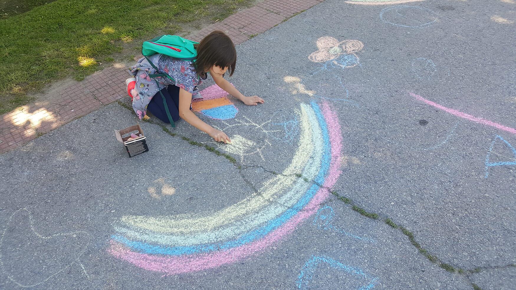 Djeca su veselo sudjelovala u pripremama kako bi njihovo Selo zablistalo na rođendan. Ukrasili su ulice, dvorišta i igralište
