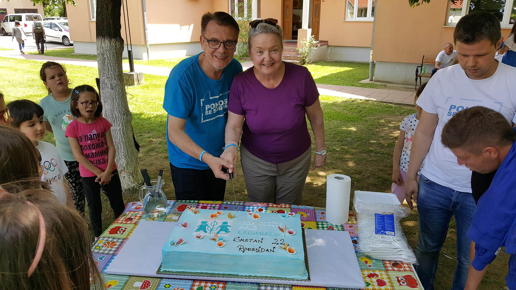 Rođendansku tortu razrezali su nacionalna Direktorica Višnja Tuškan-Krupić i Zoran Relić, direktor SOS Dječjeg sela Ladimirevci