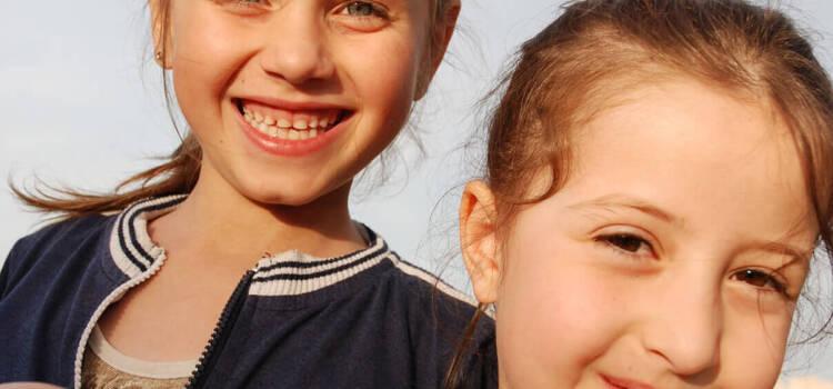 Maja i Lara nerazdvojne sestre zajedno i u školskoj klupi